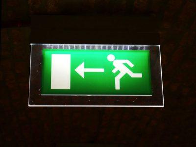 Iluminación de emergencia: normas y requerimientos
